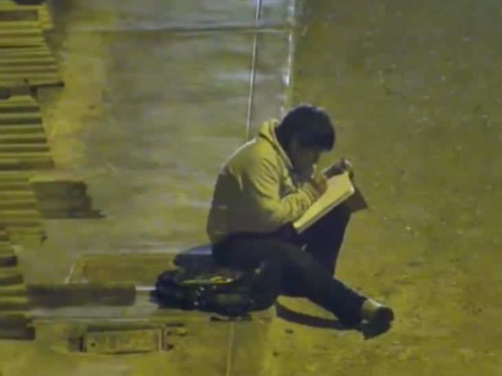 Víctor Martín, niño estudiando bajo un poste de luz en Perú