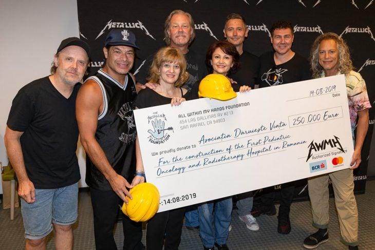 momento en que Metallica entrega el cheque por 250 mil euros a una asociación para la construcción de un hospital en Rumania