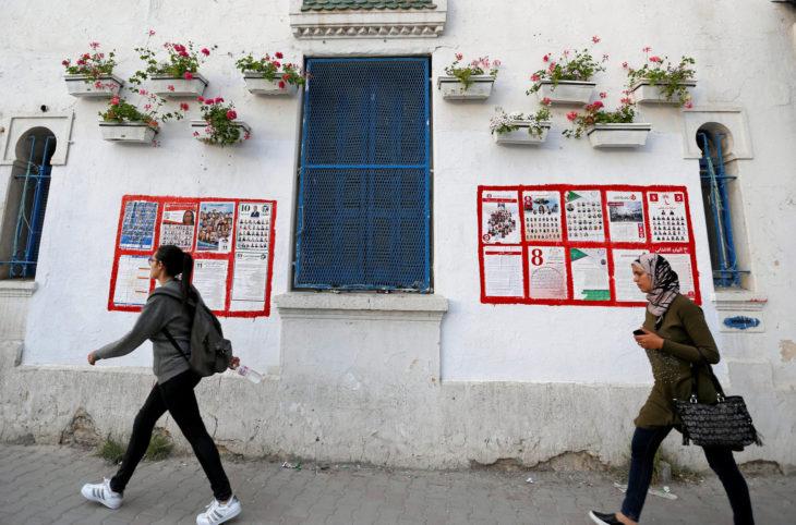 Mujeres tunecinas caminan por la calle