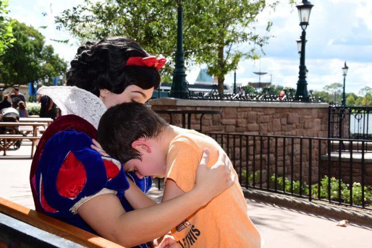 Brody Bergner apoyando su cabeza en el hombro de 'Blancanieves' mientras ella lo calmaba por su crisis