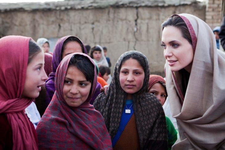 Angelina Jolie con mujeres en un campo de refugiados