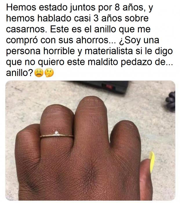 Mujer se burla del anillo de compromiso que le dio su novio