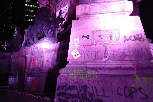 imagen de la base del Ángel de la Independencia vandalizado