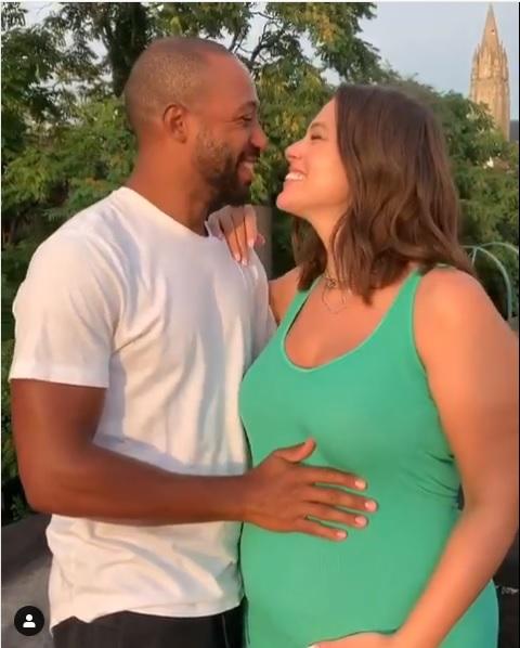 Ashley Graham y su esposo durante el video que posteó en Instagram para anunciar su embarazo