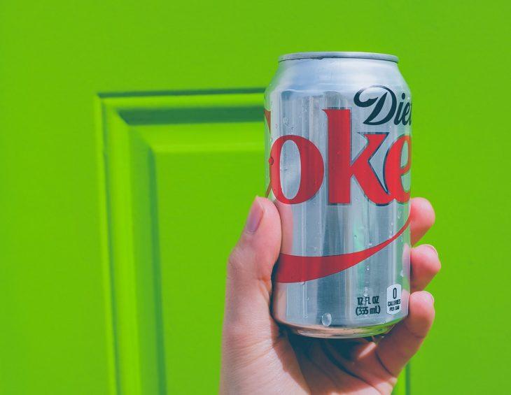 mano con lattina di cola dieta soda