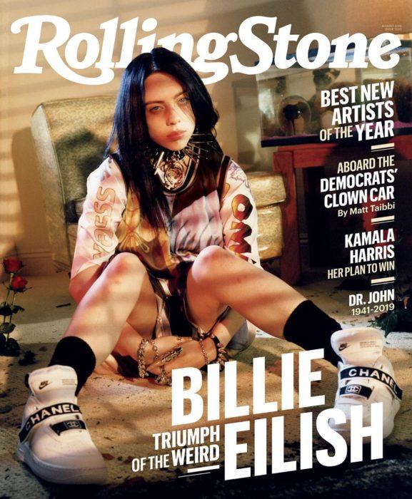 Cantante Billie Eilish posando para una sesión de todos de la revista Rolling Stone