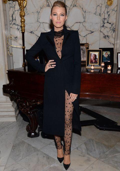 Blake Lively usando un traje de color negro estilo vestido con transparencias de estrellas