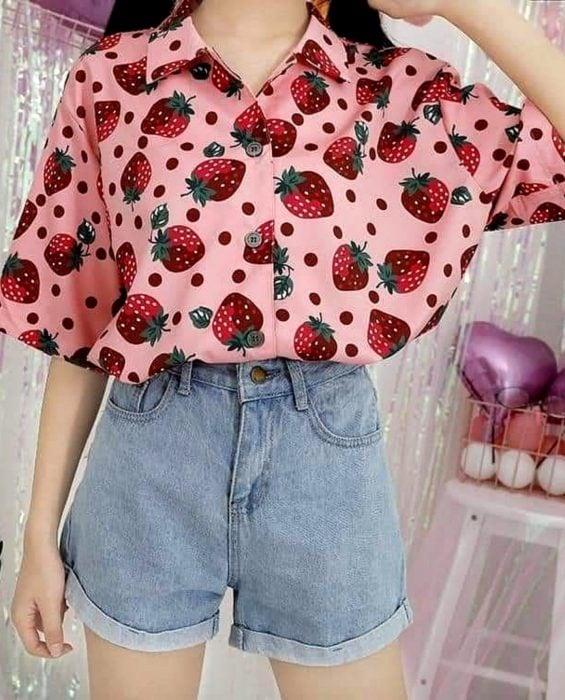 Blusas con estampados bonitos y kawaii; camisa rosa con fresas