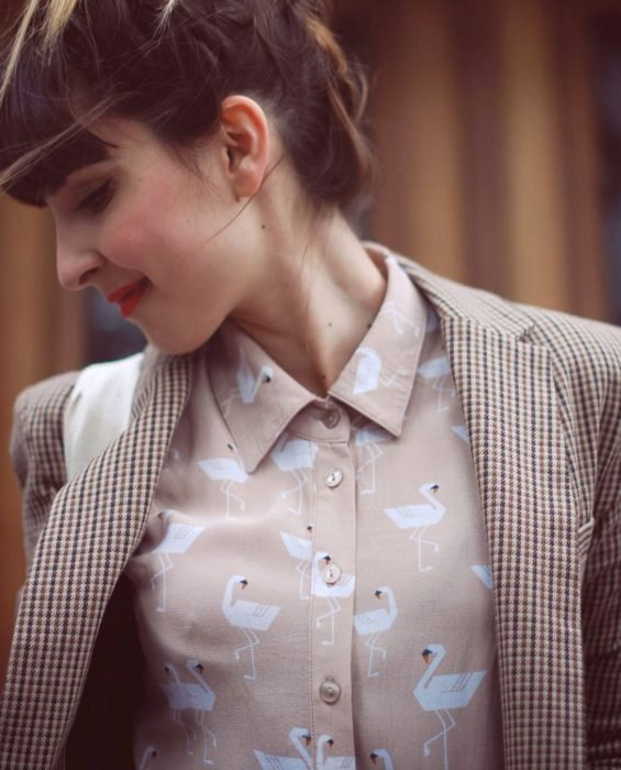 Blusas con estampados bonitos y kawaii; chica de cabello castaño con camisa de flamingos