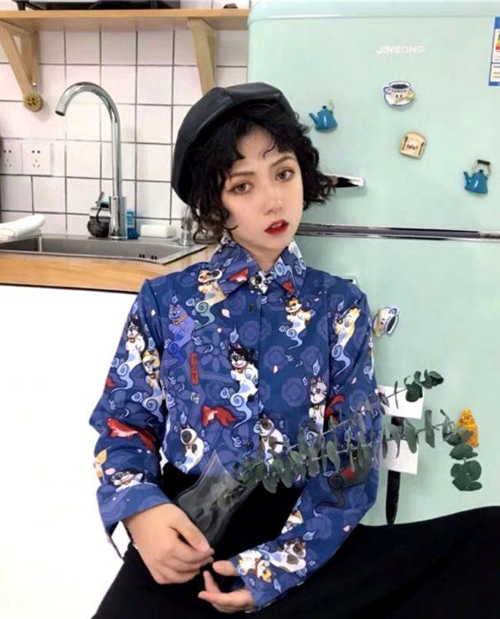 Blusas con estampados bonitos y kawaii; chica coreana con camisa azul con estampado de gatos japoneses