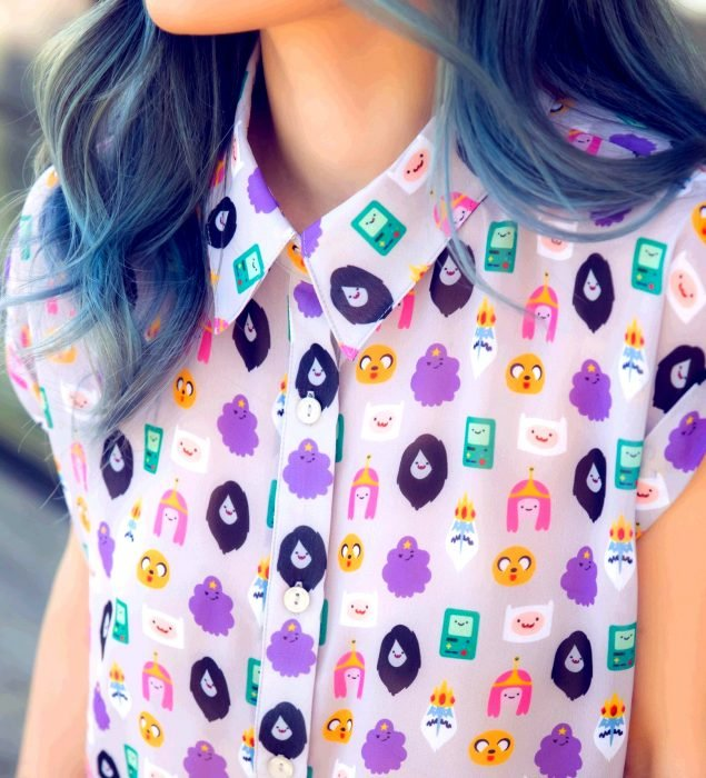 Blusas con estampados bonitos y kawaii; chica de cabello azul con camisa de Hora de Aventura