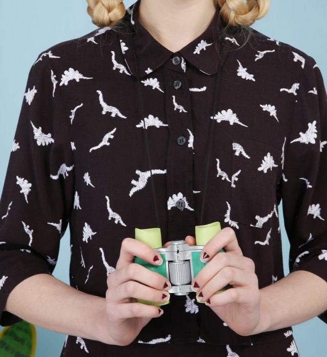 Blusas con estampados bonitos y kawaii; camisa negra con dinosaurios bordados