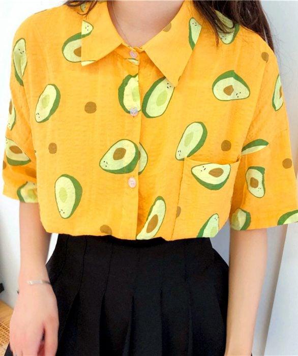 Blusas con estampados bonitos y kawaii; camisa amarilla con aguacates