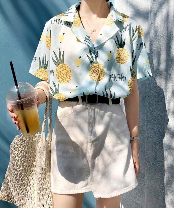 Blusas con estampados bonitos y kawaii; camisa azul con piñas