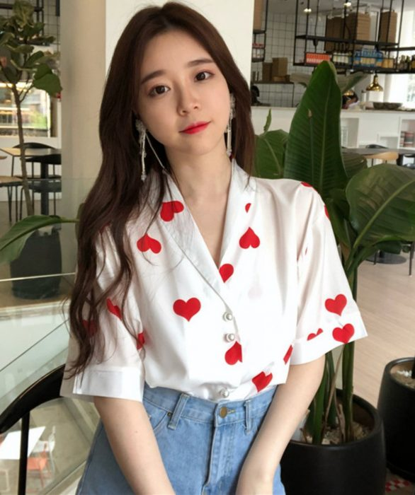 Blusas con estampados bonitos y kawaii; chica coreana con camisa con corazones