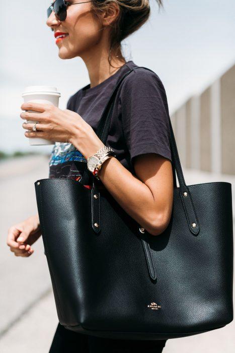 Chica cargando un bolso de color negro