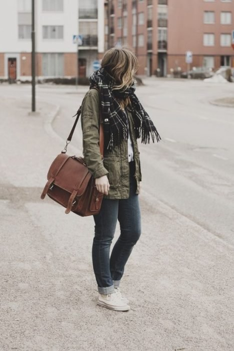 Chica usando un outfit casual y un bolso tipo maletin