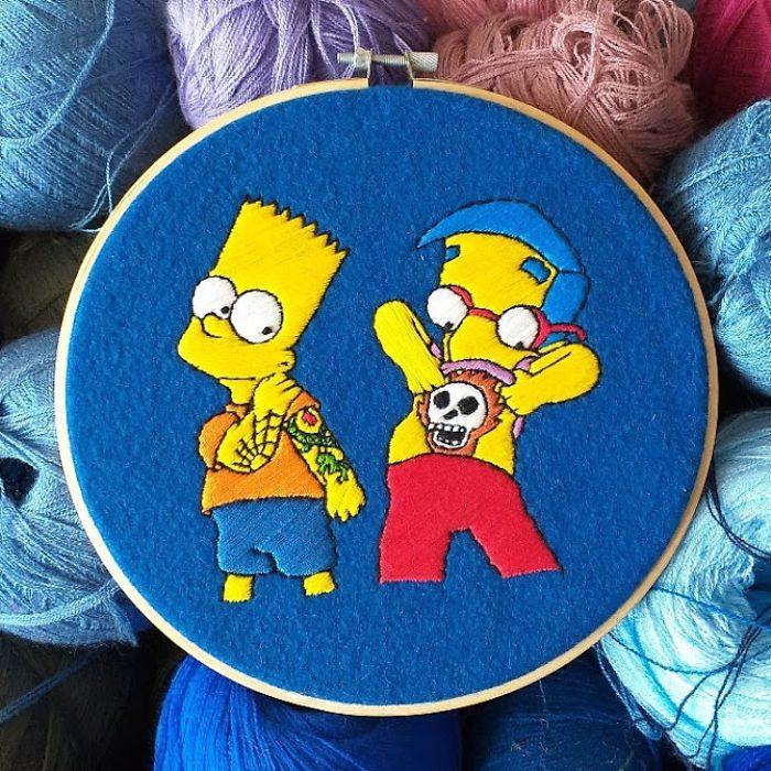 Bordado de Gabriela Martinez con escena de Los Simpson, Bart y Milhouse con tatuajes temporales