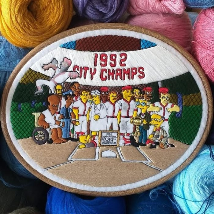 Bordado de Gabriela Martinez con escena de Los Simpson, Homero Simpson en el equipo de baseball