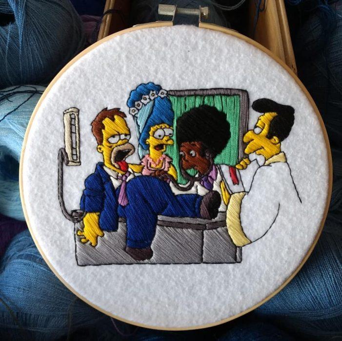 Bordado de Gabriela Martinez con escena de Los Simpson, Homero y Marge contrayendo nupcias