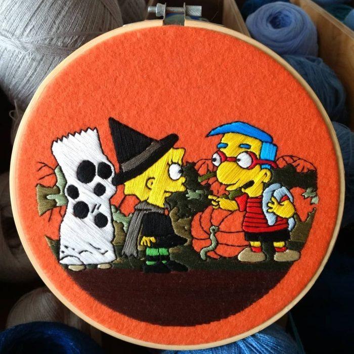 Bordado de Gabriela Martinez con escena de Los Simpson, Lisa Simpson y Milhouse en Halloween
