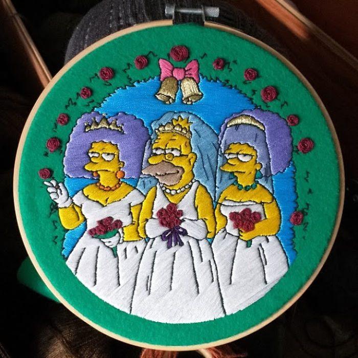 Bordado de Gabriela Martinez con escena de Los Simpson, El abuelo, tía Selma y Paty entrando al altar