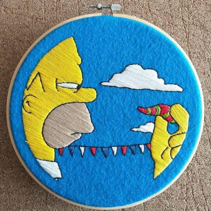 Bordado de Gabriela Martinez con escena de Los Simpson, Homero Simpson comiendo un chile