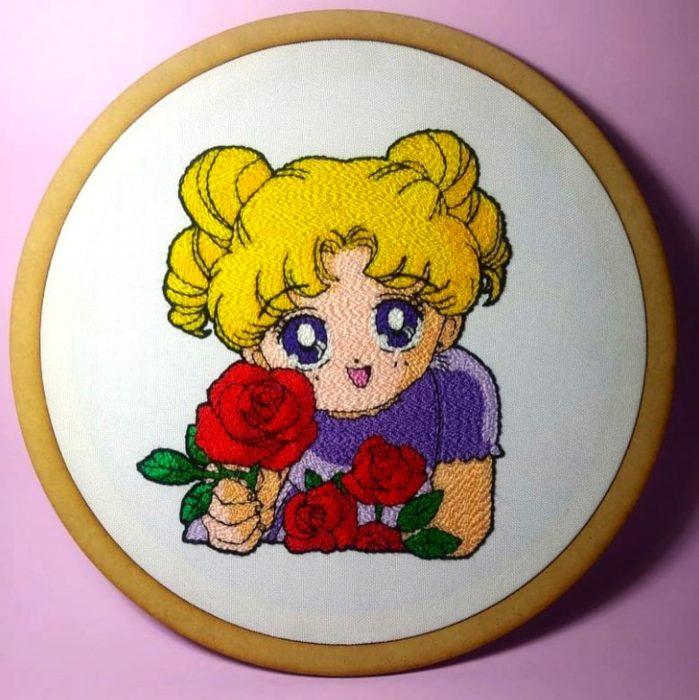 Bordado de Sailor Moon; Serena de chiquita con una rosa en la mano