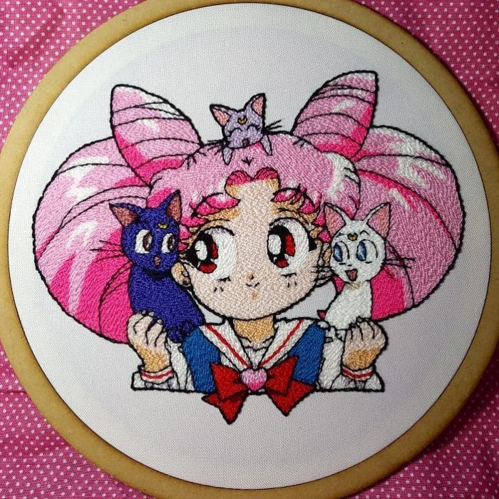 Bordado de Sailor Moon; Chibimoon con gatos Luna, Artemis y Diana