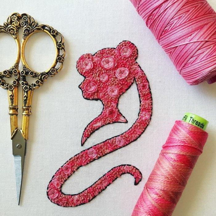 Bordado de Sailor Moon; Serena hecha de flores rosas