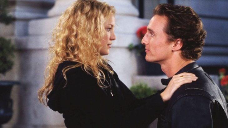 Escena de la película Como perder a un hombre en 10 días. Protagonistas mirándose a los ojos mientras están en el porche de una casa