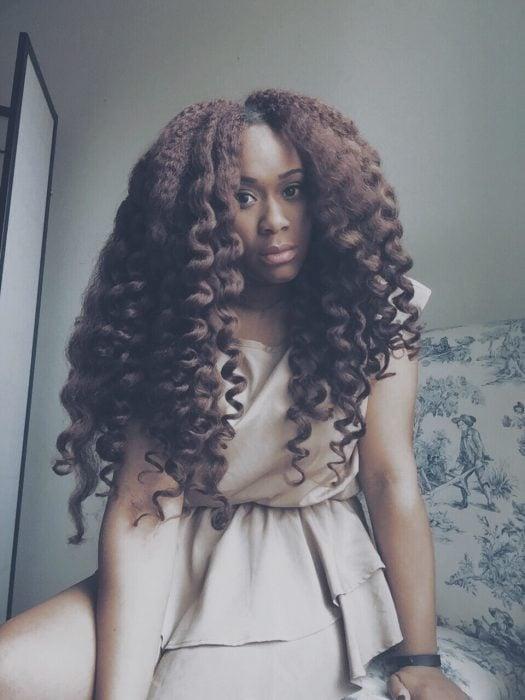 Chica afroamericana con cabello chino de rizos gruesos