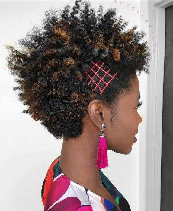 Peinado para chica afroamericana de mohicano con pasadores