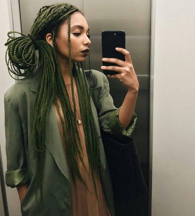 Chica afroamericana con trenzas largas y cabello verde