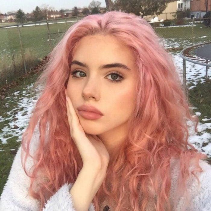 Chica con cabello teñido de color rosa