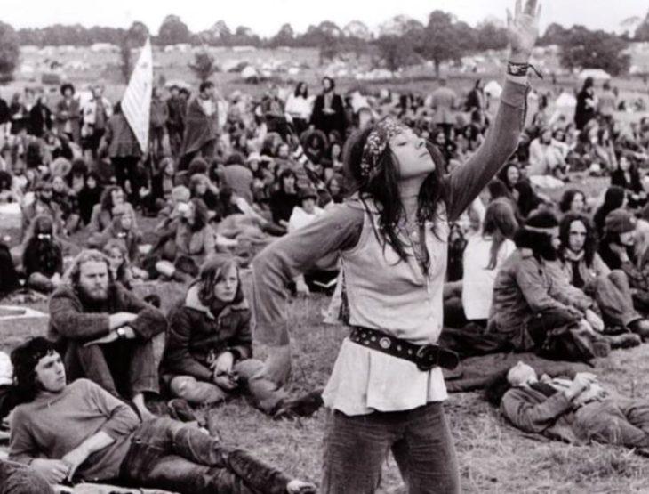 foto en blanco y negro de la gente en el festival Woodstock de 1969