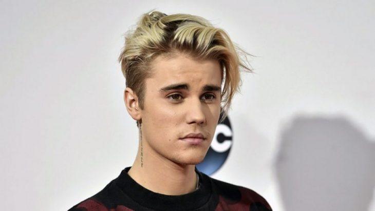 Justin Bieber con mirada triste posando para una foto