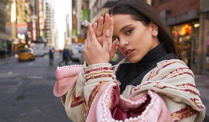 Rosalía posando para una fotografía profesional