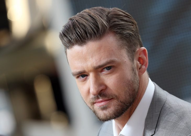 Justin Timberlake con la mirada fija, frunciendo el ceño