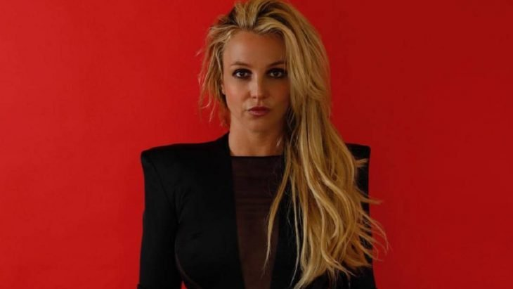 Britney Spears con la mirada fija hacia el frente, sonriendo ligeramente
