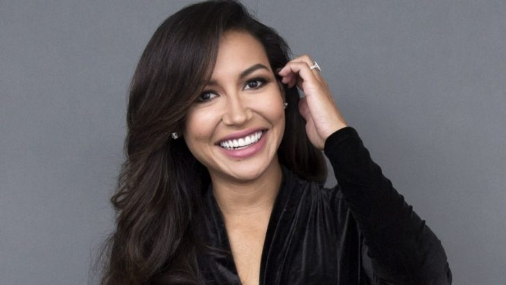Naya Rivera sonriendo, llevando su cabello por detrás de los oidos