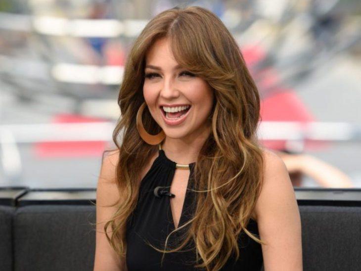 Thalía en un programa de televisión sonriendo felizmente