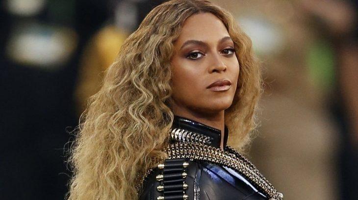 Beyoncé posando de perfil para una fotografía