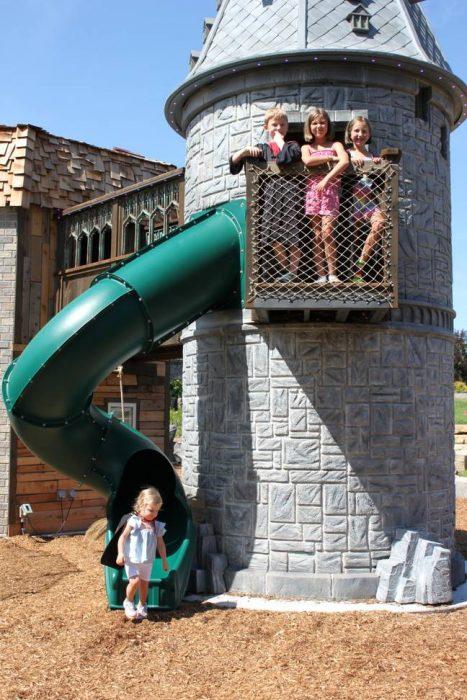 Niños jugando en una casa de juegos inspirada en Harry Potter