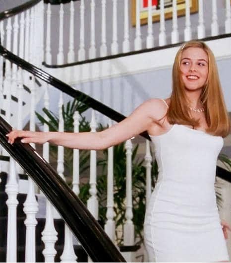 Cher de Clueles bajando por las escaleras de su casa mientras usa un vestido de color blanco Calvin Klein