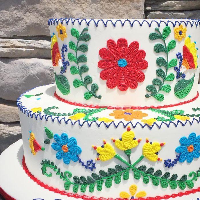 Pastel de dos pisos con decorado en efecto bordado creado por Leslie Vigil