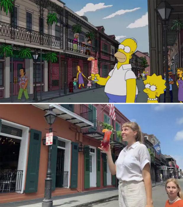 Chicas con una bebida en la mano mientras posan para recrear la foto de Los Simpsons