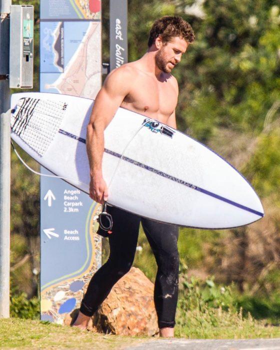 Liam Hemsworth usando trajes para surfear en Australia