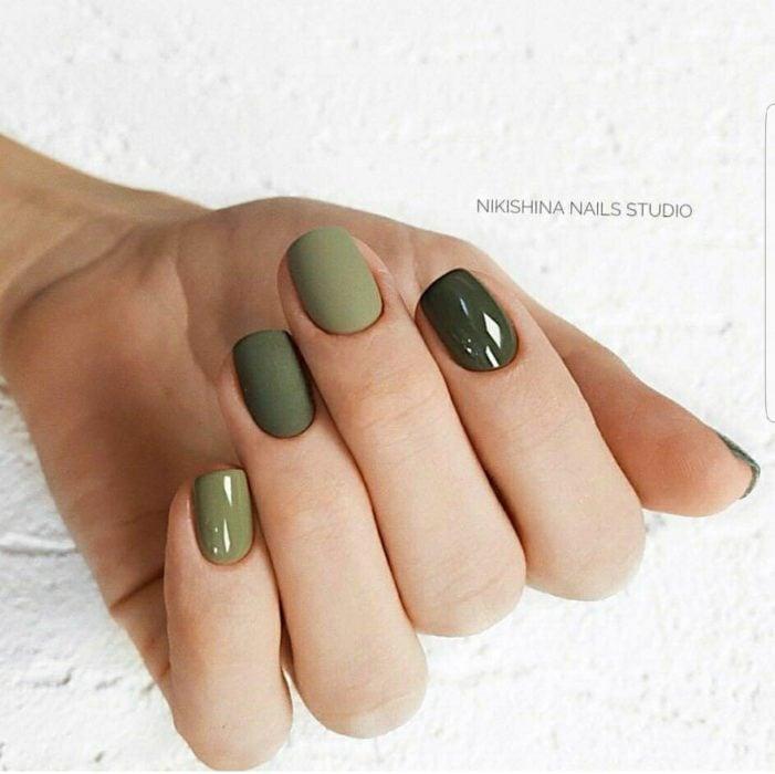 Manos de una mujer pintada con colores verdes