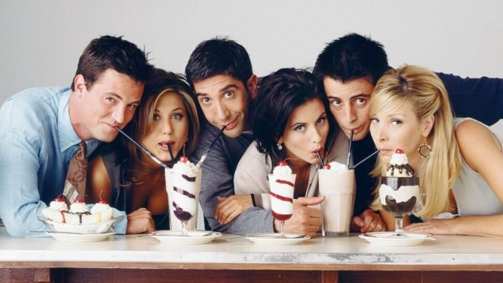 Jennifer Aniston, Courteney Cox, Matthew Perry, Lisa Kudrow, Matt LeBlanc y David Schwimmer posando para una foto de Friends